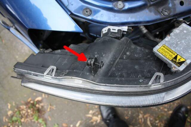 Scheinwerfer Schraube beachten. Opel Astra G Xenon Scheinwerfer Licht Reparatur.