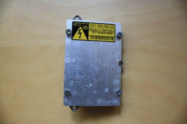 Xenon Steuermodul Hella 5DV 008 290-00 ausgebaut. Opel Astra G Xenon Scheinwerfer Licht Reparatur.