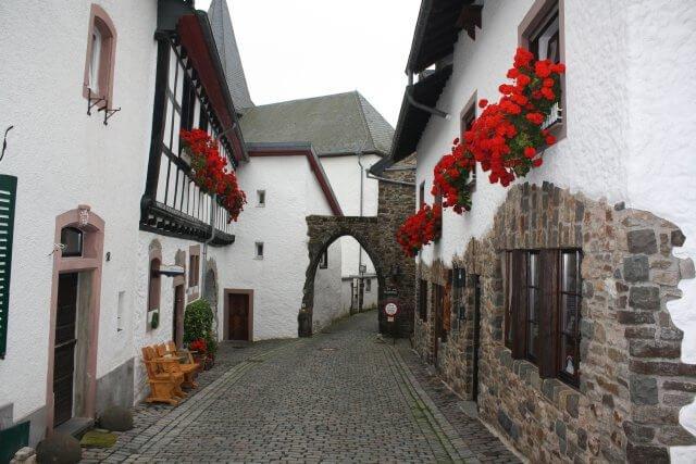 Kronenburg Innenstadt. Wandertour durch die Eifel, von Kronenburg über den Dreimühlen-Wasserfall zur Hohen Acht.