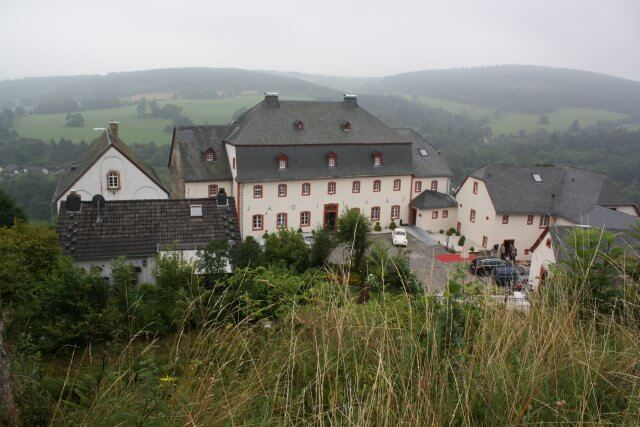 Burghotel Kronenburg. Wandertour durch die Eifel, von Kronenburg über den Dreimühlen-Wasserfall zur Hohen Acht.