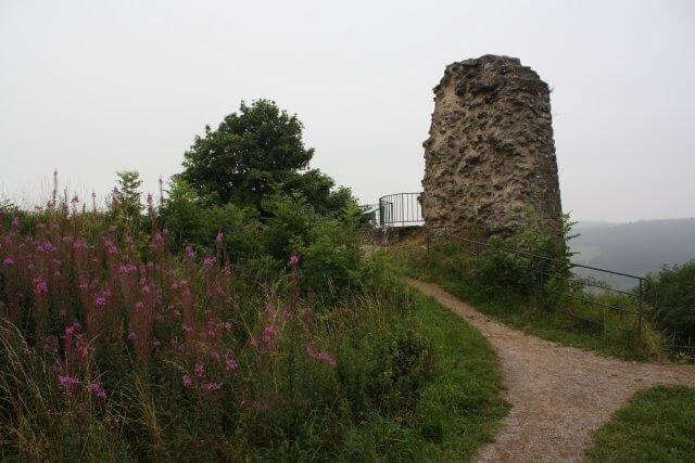 Burgruine Kronenburg. Wandertour durch die Eifel, von Kronenburg über den Dreimühlen-Wasserfall zur Hohen Acht.