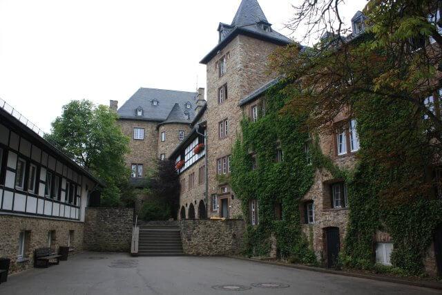 Blankenheim. Wandertour durch die Eifel, von Kronenburg über den Dreimühlen-Wasserfall zur Hohen Acht.