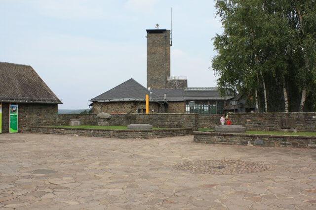 Ordensburg Vogelsang. Wandertour durch die Eifel, von Kronenburg über den Dreimühlen-Wasserfall zur Hohen Acht.