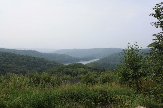 Blick zur Urfttalsperre. Wandertour durch die Eifel, von Kronenburg über den Dreimühlen-Wasserfall zur Hohen Acht.