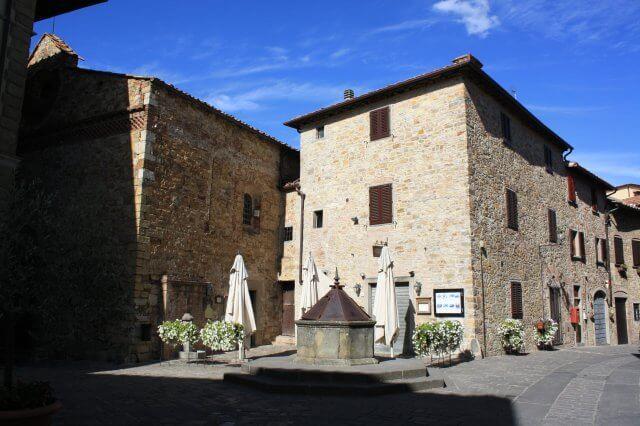 Marktplatz mit Brunnen. Toskana-Landschaft, Italien