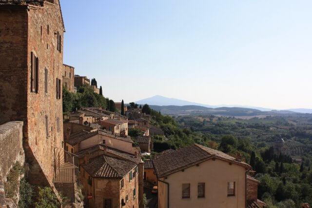 Dachlandschaft in der Sonne. Toskana-Landschaft, Italien