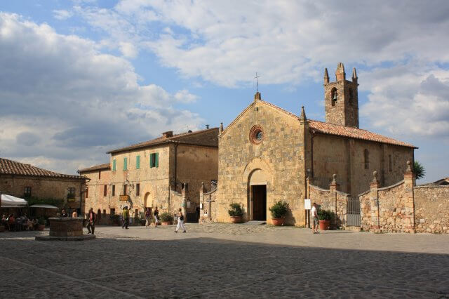 Kirchplatz in der Sonne. Toskana-Landschaft, Italien