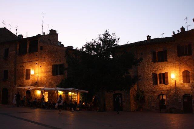Marktplatz am Abend. Toskana-Landschaft, Italien