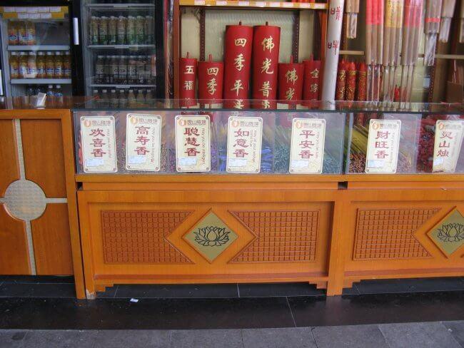Verkaufsstand für Räucherstäbchen. Lingshan 灵山, Grand Buddha, Provinz Wuxi, China.