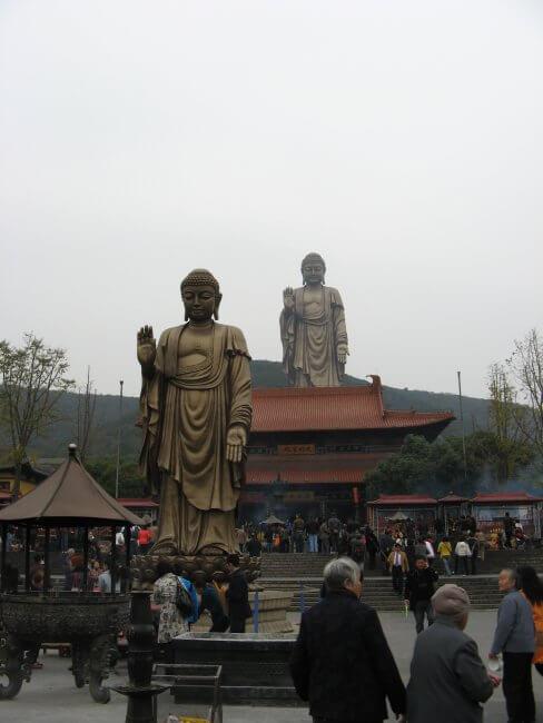 Mittelgroßer und großer Buddha. Lingshan 灵山, Grand Buddha, Provinz Wuxi, China.