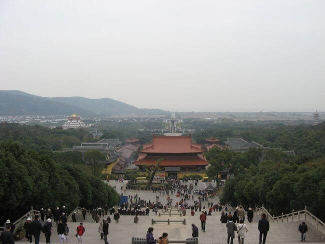 Blick auf die Tempelanlage. Lingshan 灵山, Grand Buddha, Provinz Wuxi, China.