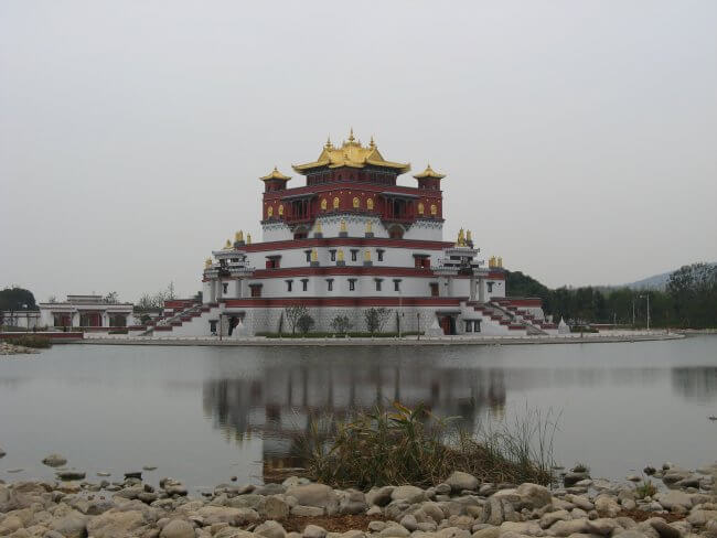 Mudra Mandala. Lingshan 灵山, Brahma Palace - ein beeindruckender buddhistischer Tempel in China.