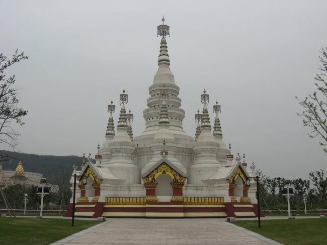 Die Manfeilong Pagode. Lingshan 灵山, Brahma Palace - ein beeindruckender buddhistischer Tempel in China.