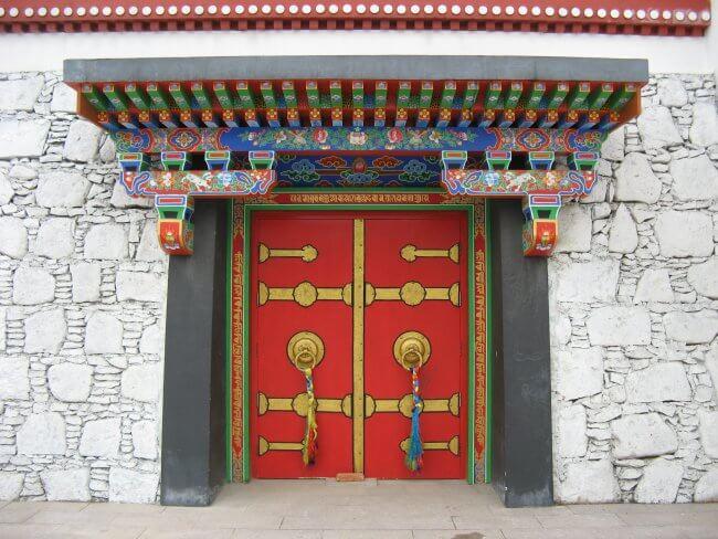 Mudra Mandala Türen. Lingshan 灵山, Brahma Palace - ein beeindruckender buddhistischer Tempel in China.