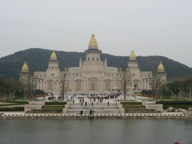 Ansicht von der Seeseite. Lingshan 灵山, Brahma Palace - ein beeindruckender buddhistischer Tempel in China.