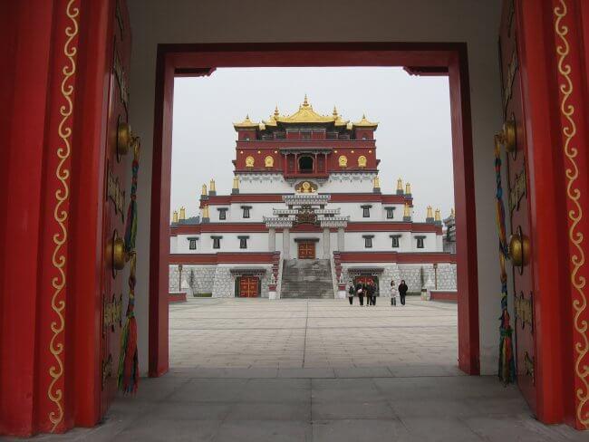Mudra Mandala Eingangstor. Lingshan 灵山, Brahma Palace - ein beeindruckender buddhistischer Tempel in China.
