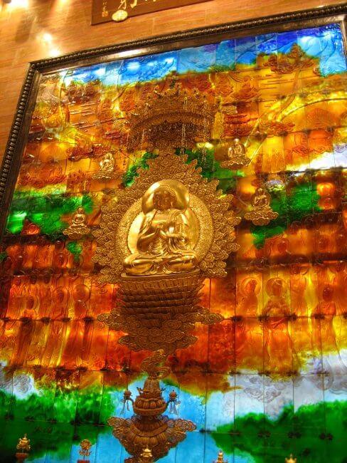 Altar aus Edelsteinen. Lingshan 灵山, Brahma Palace - ein beeindruckender buddhistischer Tempel in China.