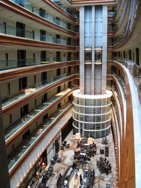 Hotel Innenbereich und Lobby. Suzhou 苏州市 - Humble Administrator's Garden 拙政园 (Zhuozheng Yuan), China.