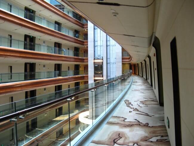 Hoteletage mit Blick ins Innere. Suzhou 苏州市 - Humble Administrator's Garden 拙政园 (Zhuozheng Yuan), China.