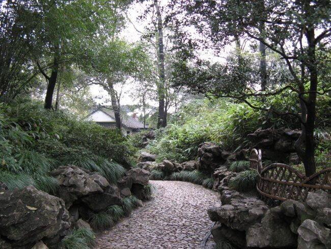 Weg im Park. Suzhou 苏州市 - Humble Administrator's Garden 拙政园 (Zhuozheng Yuan), China.