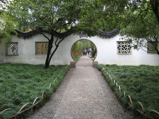 Mauer mit rundem Tor. Suzhou 苏州市 - Humble Administrator's Garden 拙政园 (Zhuozheng Yuan), China.