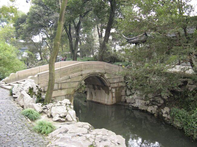 Kleine Brücke über Wasser. Suzhou 苏州市 - Humble Administrator's Garden 拙政园 (Zhuozheng Yuan), China.