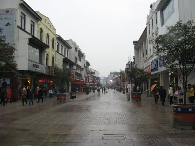 Haupteinkaufsstraße in der Innenstadt. Suzhou 苏州市 - Humble Administrator's Garden 拙政园 (Zhuozheng Yuan), China.