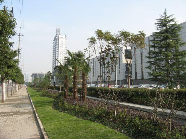 Straßenseite des Philips Campus in Shanghai auf dem Gelände des Shanghai Caohejing Hi-Tech Parks