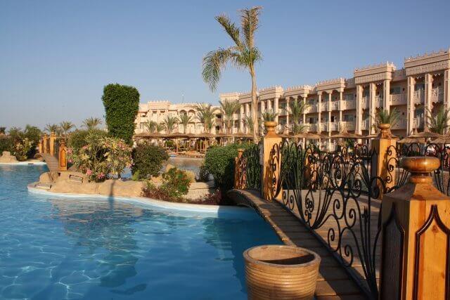 Poolanlage Hotel Albatros Palace. Sommerurlaub in Ägypten - Kairo, Pyramiden und Rotes Meer