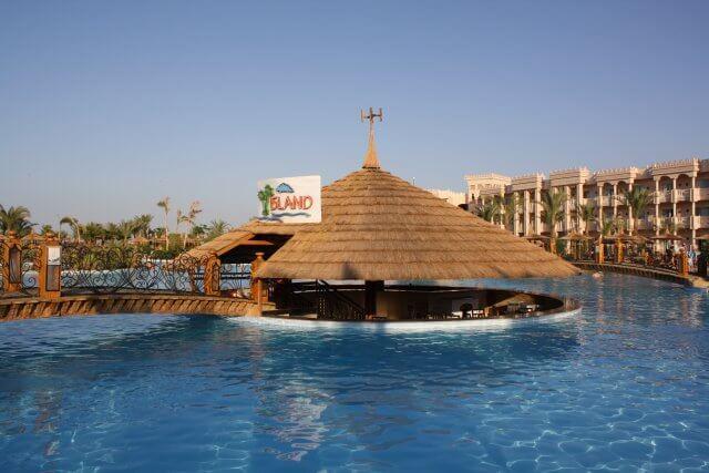 Poolbar im Hotel Albatros Palace. Sommerurlaub in Ägypten - Kairo, Pyramiden und Rotes Meer.