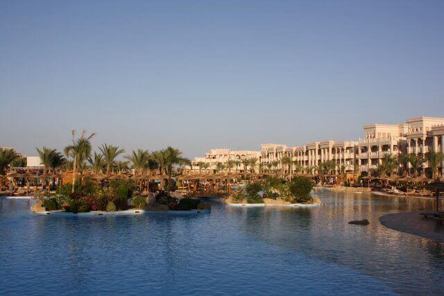 Poolanlage im Hotel Albatros Palace. Sommerurlaub in Ägypten - Kairo, Pyramiden und Rotes Meer.