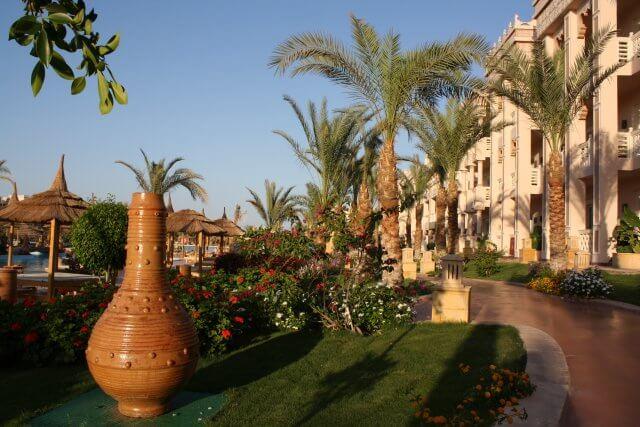 Gartenanlage Hotel Albatros Palace. Sommerurlaub in Ägypten - Kairo, Pyramiden und Rotes Meer