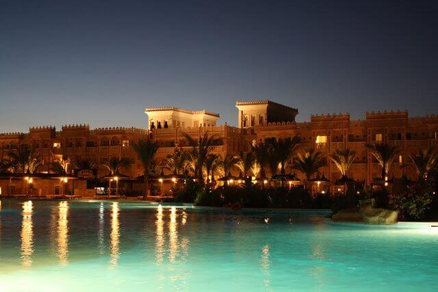 Pool bei Nacht, Hotel Albatros Palace. Sommerurlaub in Ägypten - Kairo, Pyramiden und Rotes Meer