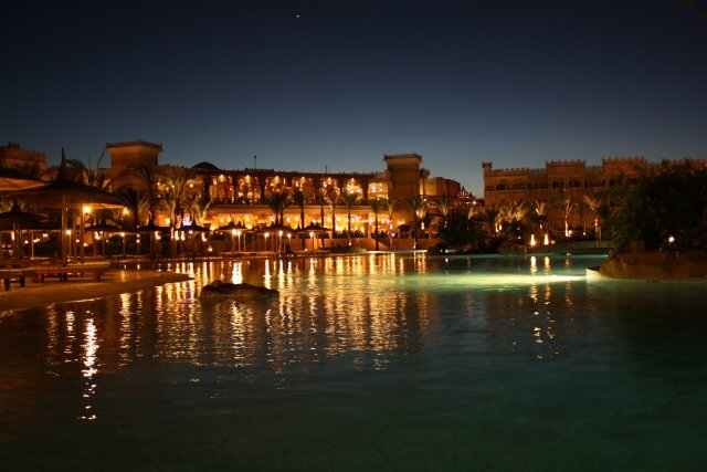 Poolanlage bei Nacht, Hotel Albatros Palace. Sommerurlaub in Ägypten - Kairo, Pyramiden und Rotes Meer