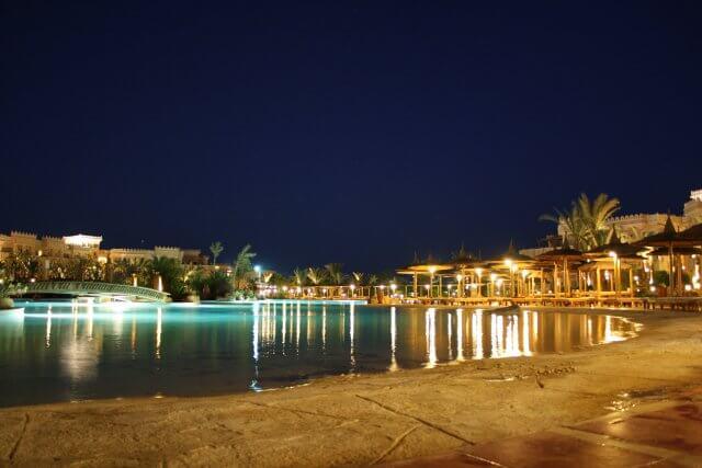 Hotelpool Albatros Palace bei Nacht. Sommerurlaub in Ägypten - Kairo, Pyramiden und Rotes Meer