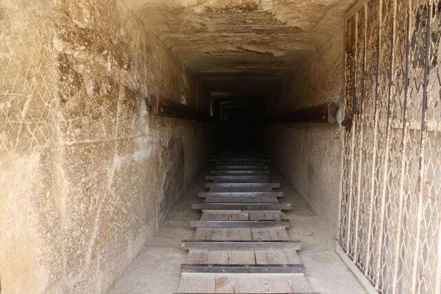 Geheimnisvoller Abstieg in eine ägyptische Pyramide in Kairo. Sommerurlaub in Ägypten - Kairo, Pyramiden und Rotes Meer
