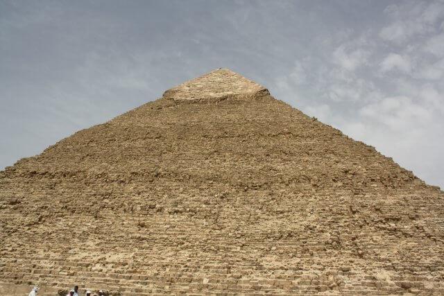 Spitze einer Pyramide in Kairo. Sommerurlaub in Ägypten - Kairo, Pyramiden und Rotes Meer