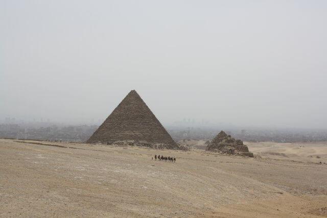 Karawane vor einer Pyramide in Kairo. Sommerurlaub in Ägypten - Kairo, Pyramiden und Rotes Meer