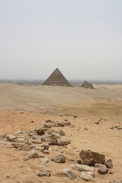 Pyramiden in der ägyptischen Wüste nahe Kairo. Sommerurlaub in Ägypten - Kairo, Pyramiden und Rotes Meer