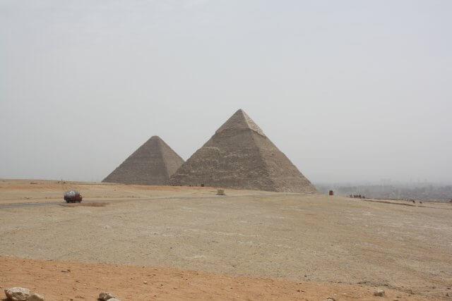 Auf dem Weg zu denPyramiden bei Kairo. Sommerurlaub in Ägypten - Kairo, Pyramiden und Rotes Meer.
