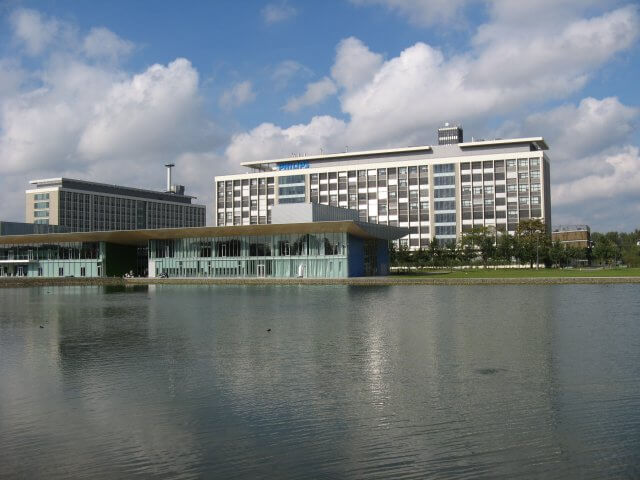 Der See mit Philips Gebäude. Philips High Tech Campus,  Eindhoven.