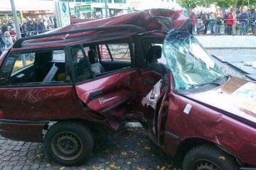 Crashtest - Opel Astra gegen Baum im Seitenaufprall. Der Baum hat gewonnen, wie man sieht.