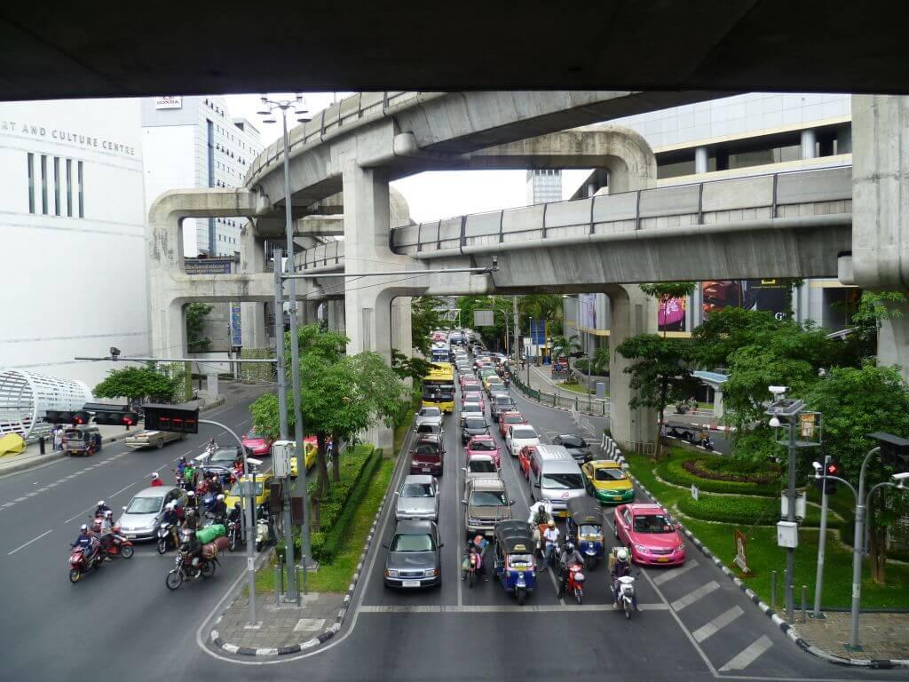 Straße mit Verkehr in der City. Bilder und Eindrücke aus Bangkok - Thailand