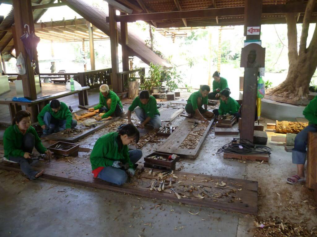 Eifrige Holzbildhauer im Tempel Sanctuary of Truth (Wang Boran), Thailand.
