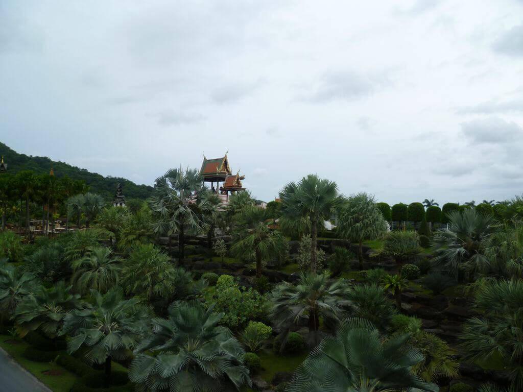Urwald und Tempel im Nong Nooch - tropical botanical garden, Thailand.