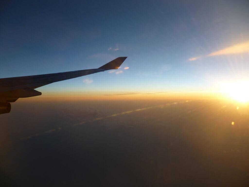 Sonnenaufgang über den Wolken. Im Flugzeug, Thailand.