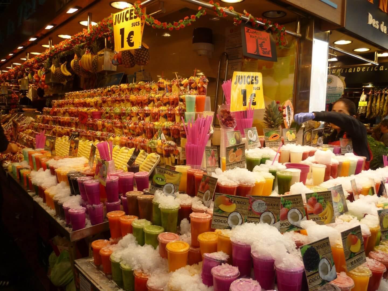 Lecker Obst und frische Säfte auf dem Markt. Wochenendtrip zu Gaudi nach Barcelona, Spanien.