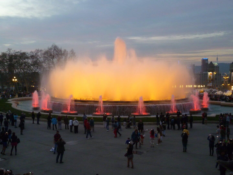 Lichtspiele am magischen Brunnen auf dem Montjuic. Wochenendtrip zu Gaudi nach Barcelona, Spanien.