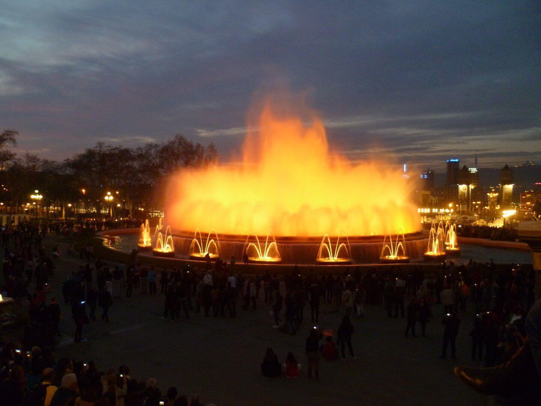 Lichtshow am magischen Brunnen. Wochenendtrip zu Gaudi nach Barcelona, Spanien.