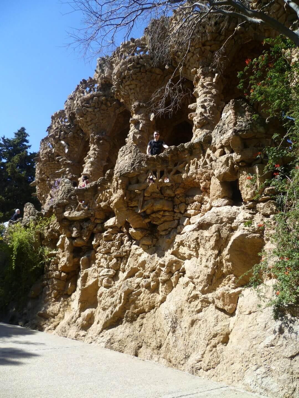 Steinterasse im Park Güell. Wochenendtrip zu Gaudi nach Barcelona, Spanien.
